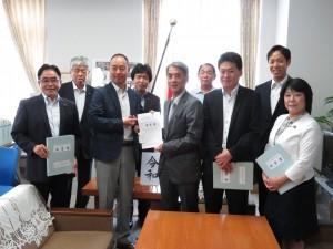 〈2班〉 文部科学省総合教育政策局の浅田局長に、園児等の交通安全対策の強化に関する要望書を提出
