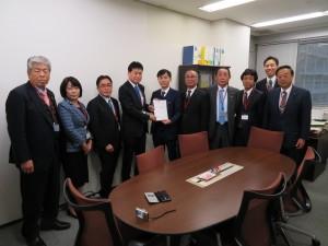 〈2班〉 資源エネルギー庁の覺道崇文資源エネルギー政策統括調整官に、日本海側のエネルギー拠点の整備に関する要望書を提出